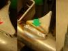 Po piaskowaniu czasochłonne doczyszczanie, usuwanie fabrycznych zgorzelin, przyklejonych odprysków, braków produkcyjnych a także poprawa wielu dziurawych spawów. Na foto widać także wspawaną nową tuleję w zastrzał wózka.