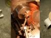Podnóżki ze wspawanymi rozetami. Lewy podnóżek kierowcy skrócony by nie zawadzał kopniak. Na foto - obróbka dolnej półki w miejscu pracy amortyzatora skrętu i amortyzator skrętu zregenerowany nowymi okładzinami.