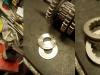 Dystansowanie wałków w skrzyni biegów, szukanie brakujących podkładek cierno-oporowych itd. I nowe przesuwki.