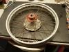 Tylne koło. Obręcz wykonana z aluminium wymagała małego spawania w 2 miejscach. Następnie koło zostało domyte, wycentrowane i zakonserwowane. I do tego nowe łożyska.