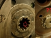 Sprzęgło nosi znamiona niejednego demontażu. Tarcze sprzęgłowe - jedna ma dobry zabierak i nadają się do regeneracji druga ma już ogryzek. Na szczęście mam w magazynku lepszą tarczę jako materiał do regeneracji. Na foto widać także zabijaną meslem śrubę koła zamachowego.