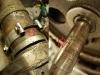 Ponieważ zainstalowana jest prądnica z Malucha oryginalne opaski są za krótkie. Dlatego tak wygląda śruba. Na foto widać także, że ktoś ściskał wałek rozrządu w imadle - akurat w miejscu w którym pracuje simmering. Brawo.