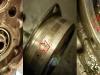 Koncowa rozbiórka silnika ujawniła duży problem z karterem. Stalowa oprawa łożyska wału jest luźna w korpusie. Powoduje to urywanie się uszu mocujących. Ta wada była już dawno i ktoś złożył tak silnik punktując tylko aluminium. Blok będzie wymagał wytaczania w zakładzie obróbczym.
