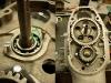Jeden z otworów śruby wałka rozrządu był uszkodzony i trzeba było przerobić go na M7. Ponieważ w handlu nie ma śrub M7 z łbem stożkowym na płaski śrubokręt - trzeba dorobić śrubę w warsztacie.