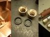 Czas na toczenie nowych tulei z brązu. Górna tuleja z gniazdem na simmering i rowkiem zatrzymującym olej.