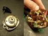 Nowa replika stacyjki - stary typ. Za 250zł. Czy jest gotowa od razu do montażu? Nie! Wymaga rozebrania i skrócenia plastikowego popychacza wewnątrz - bo kluczyk w pozycji zapłon trzyma się bardzo niepewnie. Na koniec poprawienie kilku połączeń bo kostki połączeniowe są luźne. Trzeba także wytoczyć adapter żarówki ładowania...