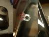 Zbiornik zgodnie z ustaleniami zostaje w tym lakierze w którym jest. Trzeba było natomiast doprowadzić do ładu klapkę - piaskowanie, podkład, szpachla, podkład i lakier. Do ładnej klapki - nowa śruba z kluczykiem - wcześniej była jakaś przypadkowa śruba z nieodpowiednim gwintem. Co z mego wysiłku jeśli w zbiorniku jak się okazało jest uszkodzony gwint. Uszkodzony jest przez to że otwory się nie pokrywają i ktoś wkręcał śrubę pod kątem. Trzeba to naprawić reperaturką wspawaną z przesunięciem. I to tego nie uszkodzić lakieru podczas spawania!