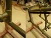 Po przecierce na mokro ostatecznego podkładu - można lakierować. Rama wygląda jak zrobiona z nowych rur.