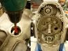 Olej zalany a więc można zrobić test smarowania napędzając pompę. Jest ok a więc można kończyć silnik. Na foto montaż przedniego dekla na masę uszczelniającą Wurth.