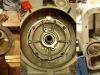 Do wału trzeba było zastosować 1 nowy odrzutnik oleju. Sposób zabezpieczenia tylnej podpory wału. Pompa oleju wraz z siatką zainstalowana.