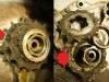 Resztki zębatki zdawczej. Jest to wczesna wersja silnika, bez simmeringu na zębatce zdawczej. Są tylko mosiężne odrzutniki po obu stronach łożyska skrzyni biegów. Nie jest to skuteczne rozwiązanie i trzeba będzie wykonać customową obsadę simmeringu na etapie renowacji silnika.