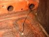 Czasami zaskakują takie niespodzianki - w progu szmata nasączona olejem wraz z drutem. Stary dobry sposób konserwacji progów.