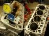 Silnik otrzymał nowy zestaw naprawczy. Na foto ustawianie tulei cylindrowych w bloku. Wszystkie wystają w granicach 0,14-0,15mm.