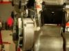 ... bo jest problem z alternatorem. Silnik musiał być uderzony lub upadł - dolne mocowanie alternatora powoduje jego skośne ustawienie względem płaszczyzny pracy pozostałych kół pasowych. Górne mocowanie też jest lekko odgięte.