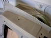 W miejscu zagięcia płatów poszycia drzwi na konstrukcji drzwi pojawiła się już korozja. Dokładne piaskowanie pozwoli zatrzymać ten proces. Dodatkowo po ostatecznym lakierowaniu drzwi wszystkie te miejsca będą zabezpieczone mieszaniną wosku z olejem.