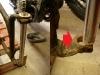 Wstępne sprawdzanie geometrii ramy. Suwaki są zbieżne na 3mm, do tego górna odkuwka prawego suwaka jest zniekształcona i sztyca nie trafia w dolną odkuwkę.