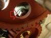 Ktoś kiedyś przerobił dwa otwory śrub podpory wału z M6 na M8. Niestety górna śruba wadzi łbem o koło rozrządu, dodatkowo jest ryzyko przecięcia drutu zabezpieczającego. Trzeba coś z tym zrobić.
