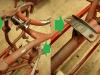 Podstawa centralna wymagała ratowania tulejami wzmacniającymi, do tego jedną z nóg trzeba było naciąć i skorygować jej kształt. Na foto także zregenerowana oś i dźwignia hamulca nożnego (napawanie, toczenie, rozwiert otworu w ramie na nadwymiar).