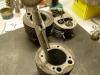 Pomiar cylindrów. Cylindry zasadniczo są nominalne ale zużyte do nadwymiaru 0,25mm. Jednak w miejscu ZZ tłoka pierścienie wytarły żeliwo aż na 0,5mm na średnicy. Zatem wyrok - robimy III szlif, na 0,75.
