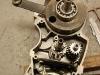 Po zakończeniu prac na pomiedziowanymi elementami - można wrócić do silnika. Wał złożony i wydystansowany w karterach, podobnie wałki skrzyni biegów.