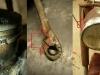 Demontaż ukazuje kolejne problemy które trzeba będzie rozwiązać. Po zdjęciu cylindra widać odłamane końcówki pierścienia, na foto także kopniak - niestety już spawany i naprawiany - trzeba będzie szukać innego a z tym może być problem. Dodatkowo ramka lampy nie nadaje się do niczego - jest zniekształcona i wgięta z powodu upadku motocykla. Podobna była w ostatnio restaurowanej SHL - i był problem ze zdobyciem dobrego materiału.