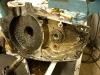 Rozbiórka silnika. Dopiero zastosowanie specjalnego ściągacza pozwoliło na rozpołowienie silnika. Jedno z łożysk było zupełnie zapieczone na wale.