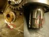 Tuleja podporowa wałka skrzyni wypada z korpusu. Tryb zdawczy jest raczej do wymiany - wielowypust został wybity przez niedokręconą zębatkę zdawczą.