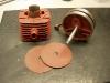 Wypiaskowany cylinder pokryłem gruntem i jest gotowy do szlifu. Wał umyłem ale pod bocznymi pokrywami była masa nagaru. W związku z tym wał wypiaskowałem i obrobiłem czopy. Teraz można go oddać do regeneracji.