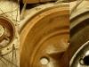 Hamulce były w fatalnym stanie... Oba bębny są dość mocno zniszczone - jeden przez grubą korozję a drugi przez nity zużytych okładzin. Oba bębny wymagają przetoczenia.