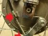Linka z napisem WSK 125 nijak nie pasuje do motocykla. Trzeba skracać pancerz.